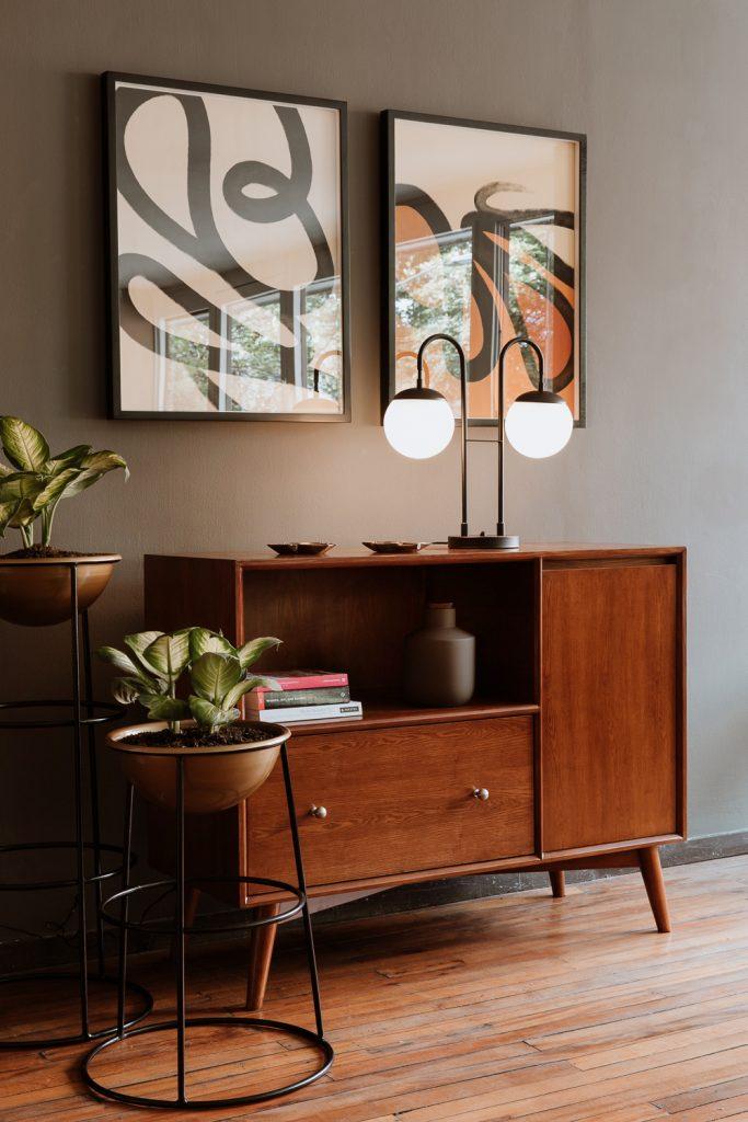 Recibidor, lámpara moderna, materas de piso, estilo de decoración rústico