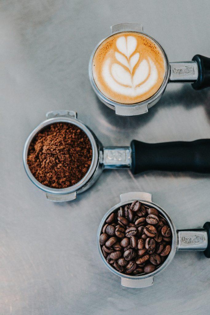 Portafiltro con café en todas sus preparaciones, usa el café como método de control de plagas