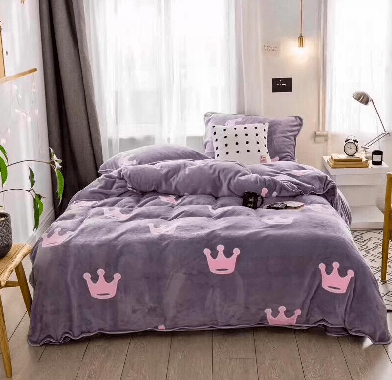 tendido de cama edredón de coronas gris con rosado